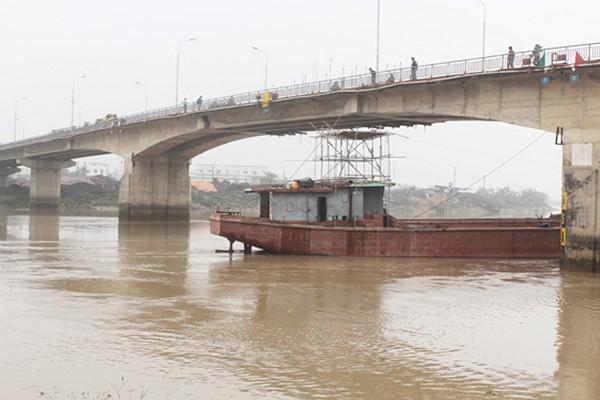 Tầu Thành Luân 28 đã được giải phóng khỏi cầu An Thái chiều nay (17/3)