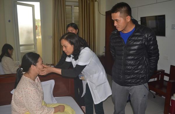 Sản phụ Lương Thị Vân đang được các bác sĩ kiểm tra sức khoẻ lần cuối và có thể xuất viện vào ngày mai (19/3). Ảnh: Đ. Tuỳ
