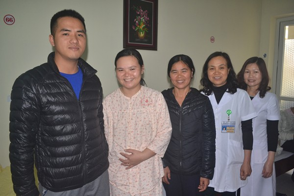 Niềm vui của gia đình bệnh nhân Vân và các bác sĩ, nhân viên y tế trước khi bệnh nhân xuất viện.