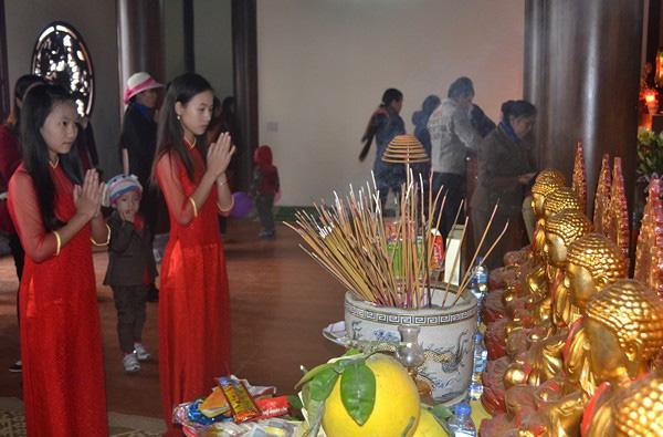 Lễ Phậtlà kính Phật tức là bảo ta phải cung kính muôn loài. Ảnh: Đức Tuỳ