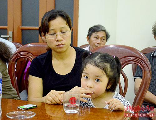 Chị Trần Thị Hà và con gái của đại tá Trần Quang Khải