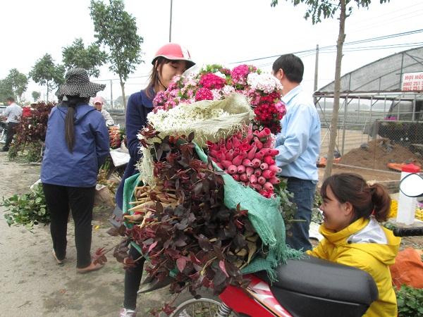 Nhiều khách hàng vui vẻ khi mua được hoa vừa rẻ, vừa đẹp tại đây, nhất là những người có ý định kinh doanh dịp 8/3.