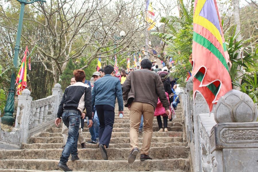 Nhiều người chọn cách đi bộ để thăm quan các địa điểm thuộc khi di tích Yên Tử.