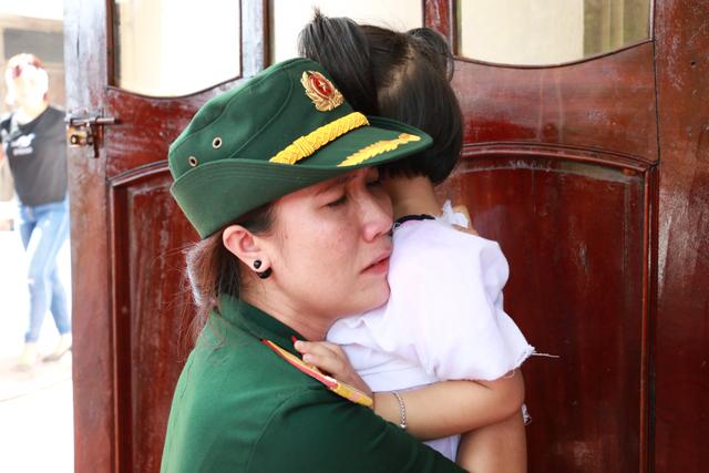Đồng đội khóc nghẹn, ôm chầm lấy con gái anh Khải