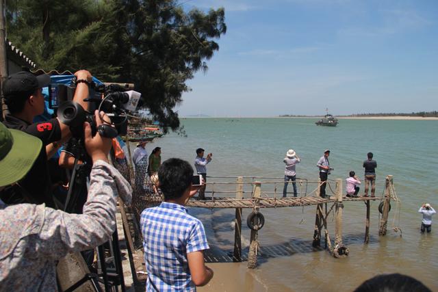 Công an và dân quân tự vệ đang bảo vệ nghiêm ngặt khu vực cầu cảng Hải đội 2. Trên bờ, xe cứu thương, biên phòng túc trực. Báo chí và người dân đều phải đứng từ xa để theo dõi