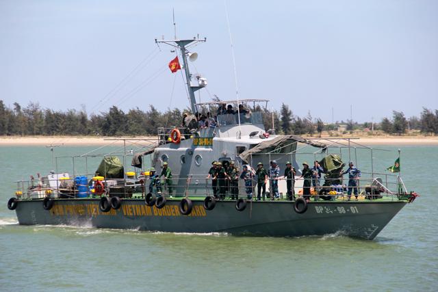 Tàu chở phi công Cường gặp chút khó khăn khi gần tới cảng