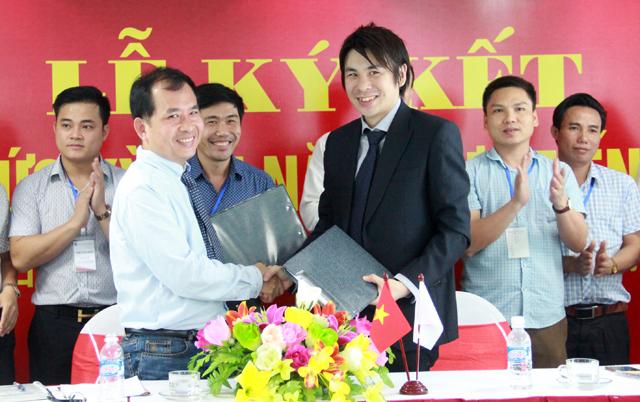 Hiệu trưởng Trường Đại học Công nghệ Vạn Xuân và Giám đốc tổ chức J.TEST Việt Nam ký kết biên bản hợp tác tổ chức kỳ thi năng lực tiếng Nhật tại Nghệ An