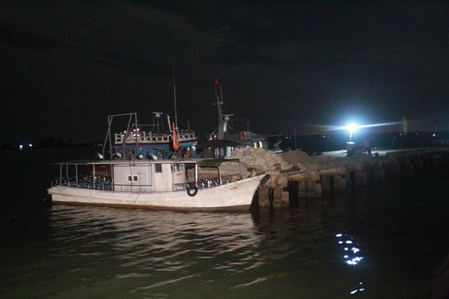 Hiện lực lượng chức năng đang tập trung chờ đón đưa thi thể về tại cầu cảng Hải đội 2. Ảnh: Phan Ngọc