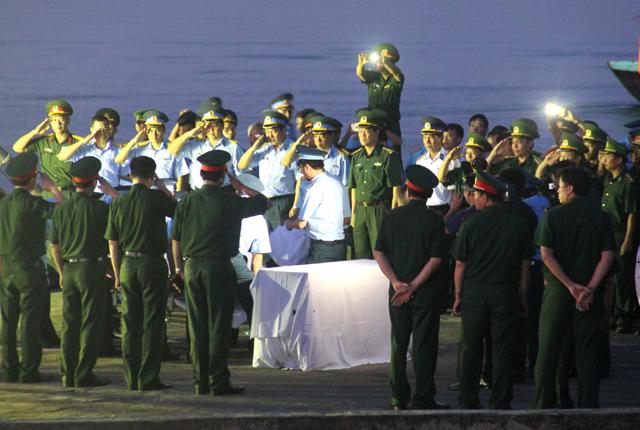 Thượng tá Trần Quang Khải cùng với Thiếu tá Nguyễn Hữu Cường là hai phi công trên chiếc tiêm kích Su-30 gặp nạn trên biển Nghệ An sáng 14/6. Lúc này, Thượng tá Khải và Thiếu tá Cường đang bay huấn luyện thì máy bay gặp sự cố. Một ngày sau, phi công Cường được tàu cá ngư dân bắt gặp và cứu vớt lên. Việc tìm kiếm phi công còn lại trên chiếc máy bay này được Bộ Quốc phòng dồn toàn lực với sự vào cuộc của hơn 100 phương tiện tàu thuyền, máy bay và hơn 1000 người tham gia tìm kiếm. Tuy nhiên, điều kỳ diệu đã không đến với người phi công Trần Quang Khải. Ảnh: Phan Ngọc