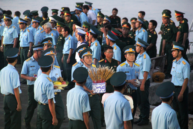 Những ngày qua, bạn bè, đồng nghiệp và người dân trong cả nước ngóng chờ tin anh để rồi đau buồn tiễn biệt anh - một phi công ưu tú của lực lượng Phòng không Không quân. Ảnh: Phan Ngọc