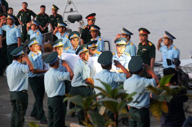 Cán bộ, chiến sĩ và người dân tại cầu cảng Hải đội 2 đã đón anh trang trọng, xúc động. Ảnh: Phan Ngọc