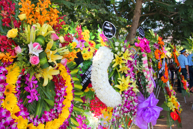 Rất nhiều vòng hoa được đưa đến trước cửa nhà tang lễ từ sớm đợi đến lượt vào viếng