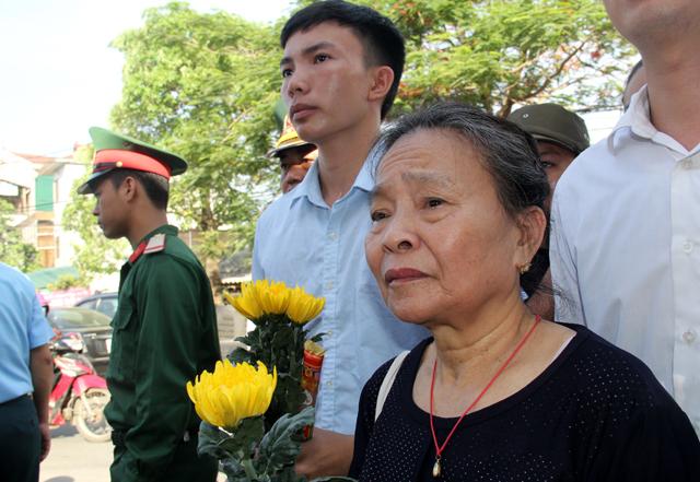 Đứng đợi trước cửa nhà tang lễ đã hơn 3 tiếng, bà Hiến vẫn chưa thể vào để gặp đồng đội của con trai mình