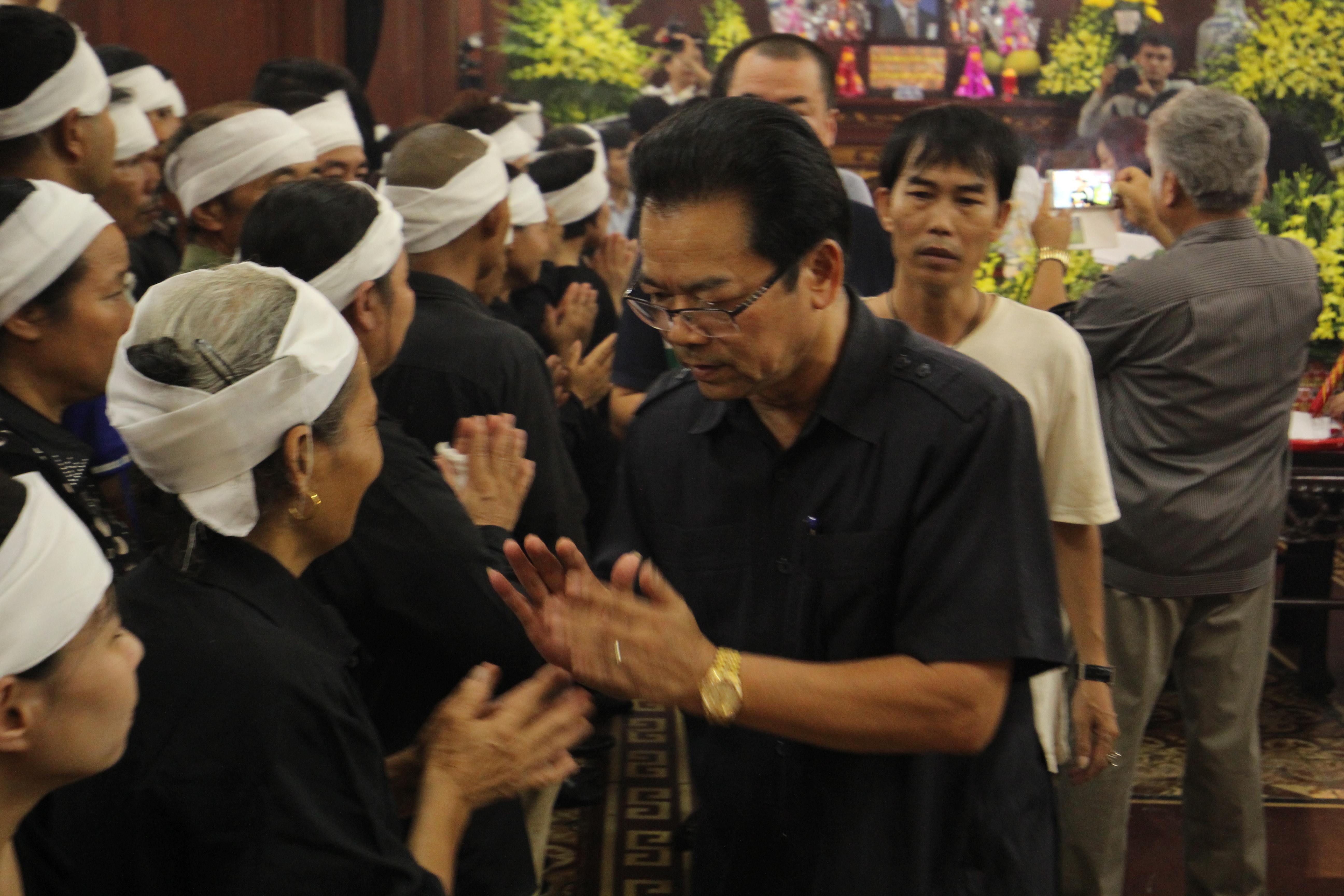Trong dòng người tới từ biệt NSƯT Hán Văn Tình, không chỉ có người thân, bạn bè, người hâm mộ mà còn có rất nhiều gương mặt nghệ sĩ thân quen với khán giả màn ảnh nhỏ. Trong ảnh là nghệ sĩ Trần Nhượng.