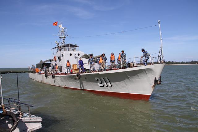 Tàu Hải quân 211 chở nhu yếu phẩm ra tiếp ứng cho việc tìm kiếm cứu nạn. Ảnh: Phan Ngọc