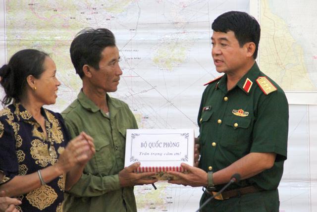 Bộ Quốc phòng trao quà cho ông Lệ