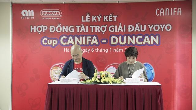Đại diện hai công ty ký kết hợp đồng tài trợ giải đấu YoYo