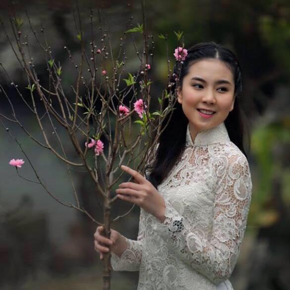 Bức ảnh Mai Ngọc khoe sắc bên đào phai