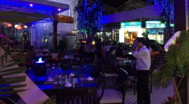 Không gian rộng rãi, thoáng mát, diện tích hơn 1.000m2 đủ sức chứa cho khách đoàn; với phòng Vip ssang trọng và karaoke miễn phí.