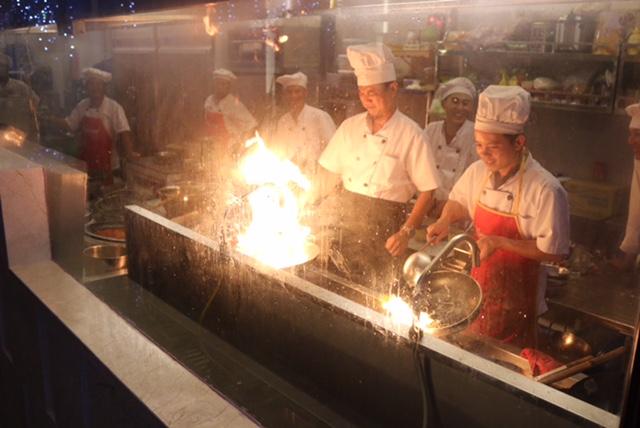 Thực khách tận mắt chiêm ngưỡng sự khéo léo của các đầu bếp nổi tiếng ra món.