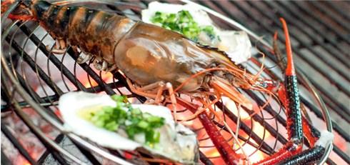 Hải sản tươi sống được Nhà hàng tuyển chọn trực tiếp từ ngư dân biển.