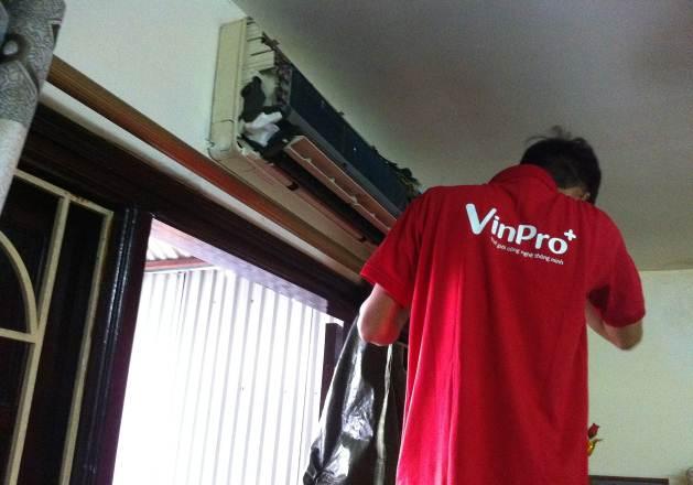 """Chuyên viên của Trung tâm Công nghệ và Điện máy VinPro đang thực hiện chương trình """"Bảo dưỡng máy điều hòa miễn phí"""" dành cho cư dân Vinhomes."""