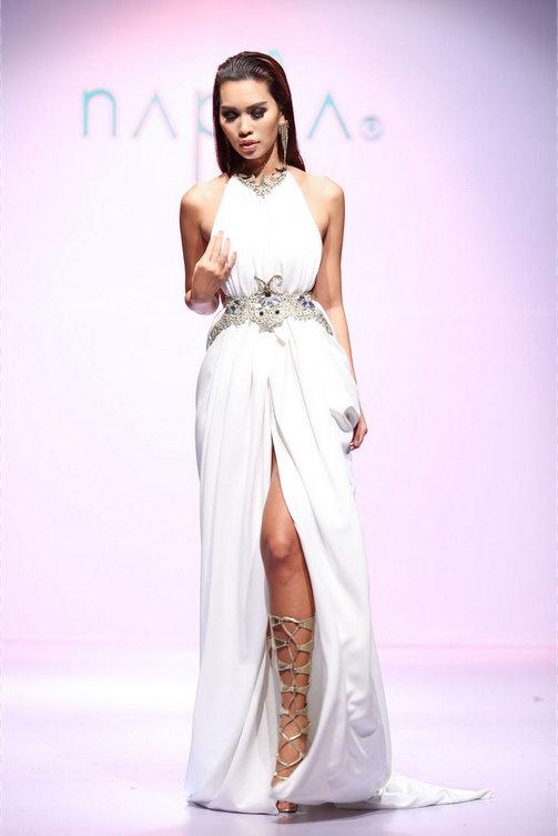 Sau các màn trình diễn tóc, Hà Anh xuất hiện trong bộ váy trắng cắt xẻ và bước đi trên nền nhạc du dương. Tiết mục này mang đến phần kết lãng mạn cho show tóc nghệ thuật.