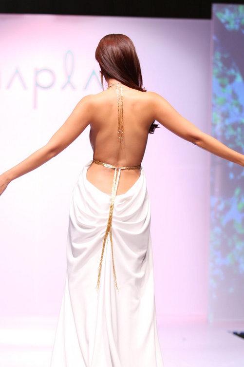 Bộ váy có phần thân trước kín đáo với dạng cổ yếm, trong khi thân sau hở táo bạo cả phần lưng và lườn.