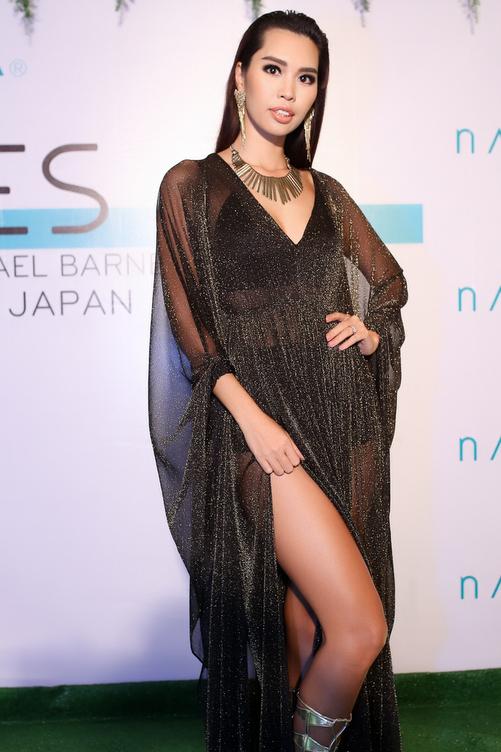 Trước đó, nữ giám khảo Miss World Vietnam chọn một bộ váy xuyên thấu đen để đón khách. Cô cũng vừa nhận lời làm chỉ đạo catwalk của cuộc thi Hoa hậu Việt Nam 2016.