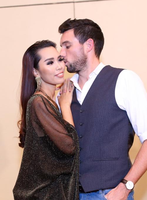 Olly luôn có mặt trong các sự kiện của vợ sắp cưới để ủng hộ cô.
