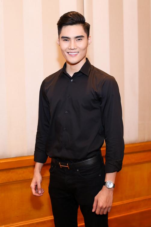 Người mẫu Quang Hùng tham dự sự kiện với trang phục đơn giản tông đen.