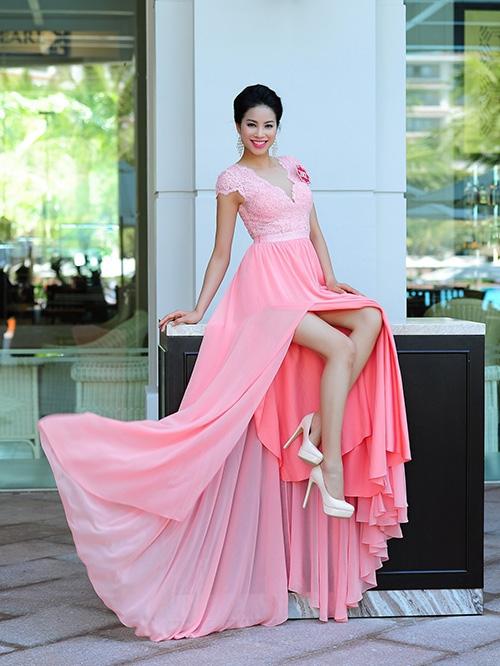 Năm 2014, sau khi đoạt Á khôi Thể thao Thế giới 2014, Phạm Hương bắt đầu xuất hiện với váy áo lộng lẫy hơn trước. Cô đi theo phong cách nữ tính với các loại đầm ren, voan mềm mại.