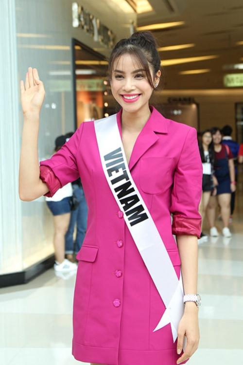 Hình ảnh Phạm Hương sau khi trở về từ cuộc thi Hoa hậu Hoàn vũ 2015 tại Mỹ. Lúc này, người đẹp có làn da sáng hơn, gu mặc chuyển hướng từ nữ tính sang cá tính với những món đồ tối giản, thanh lịch.