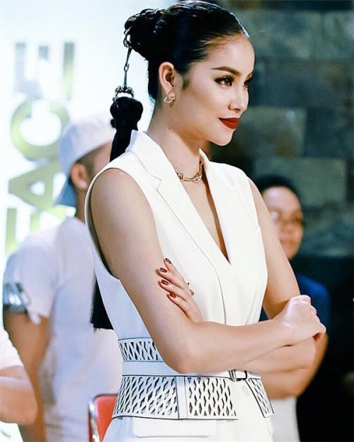 Phạm Hương diện bộ đồ hiệu BCBG, phụ kiện vòng cổ, hoa tai của Dior. Sau sáu năm kể từ lúc bước chân vào nghề, người đẹp được khen ngợi có nhan sắc cùng gu mặc ngày càng hoàn thiện.