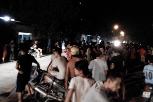 Rất đông người dân bao vây hiện trường tai nạn yêu cầu các cơ quan chức năng giải quyết vụ việc