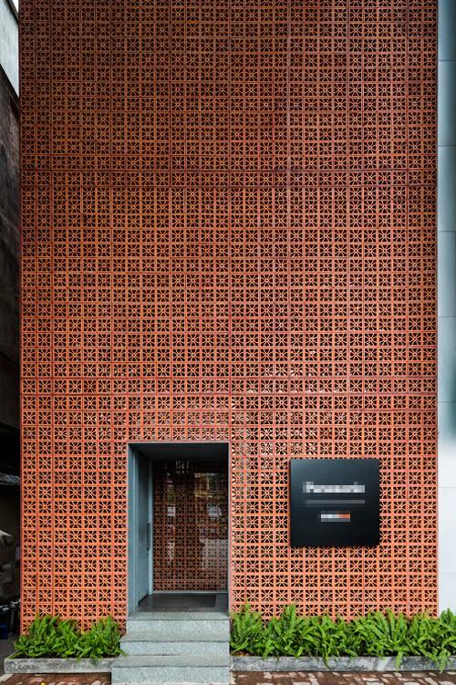 Công trình chủ trì bởi KTS Võ Trọng Nghĩa, Takashi Niwa với nhóm thiết kế Nguyễn Thị Thoa, Koji Yamamoto, Đào Sỹ Dũng. Các kiến trúc sư đã sử dụng gạch thông gió để đem lại hiệu quả thẩm mỹ, ánh sáng cho nhà.