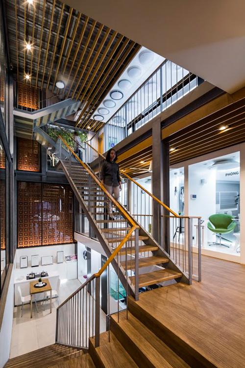Cầu thang được bố trí chính giữa để người tới tham quan có thể nhìn thấy các không gian trưng bày dễ dàng.