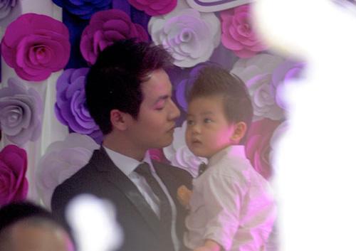Đăng Khôi cưng nựng con trai trong đám cưới