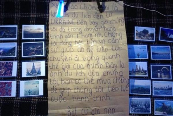 Tấm biển với nội dung lạ và những bức ảnh mang bán. Ảnh: P. Công