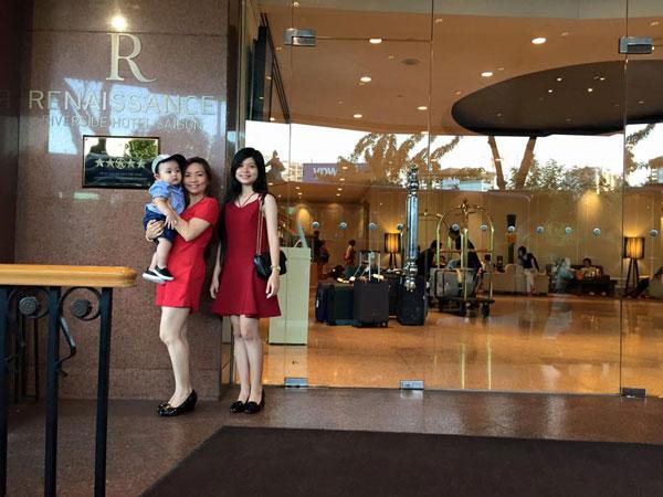Mẹ chồng Khánh Thi khá trẻ trung và xinh đẹp.