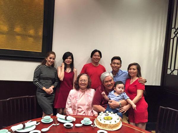 Tham gia tiệc sinh nhật mẹ Phan Hiển còn có ông bà ngoại của anh.