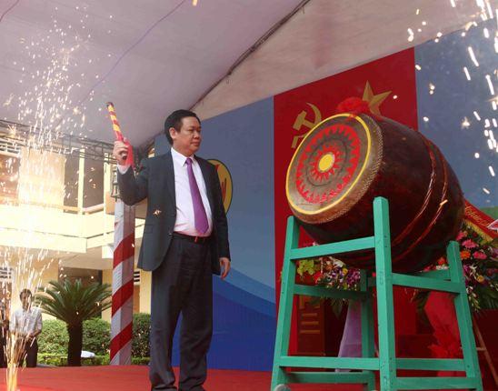 Phó Thủ tướng đã phát biểu và đánh trống khai giảng năm học mới tại trường cũ
