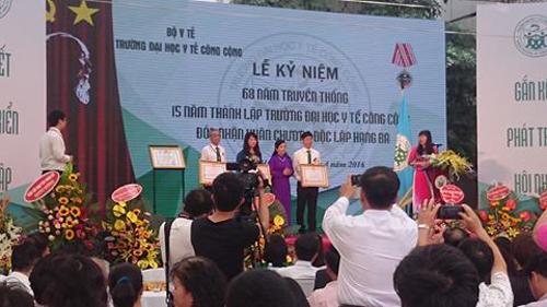 Trường Đại học Y tế Công cộng được trao tặng Huân chương Độc lập Hạng ba và các cá nhân có thành tích xuất sắc của nhà trường cũng đón nhận Bằng khen nhân dịp này.