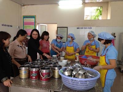 Đoàn kiểm tra liên ngành thành phố kiểm tra bếp ăn tại các KCN. Ảnh: TT