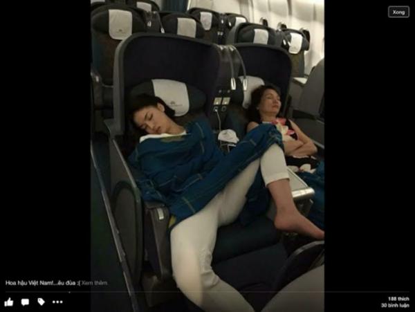 Dáng ngủ của Kỳ Duyên trên máy bay bị một người hâm mộ ghi lại.