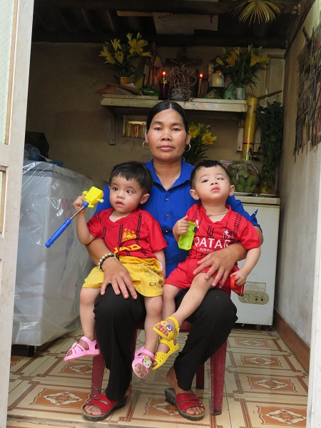 Chị Đỗ Thị Cúc cùng 2 đứa con sinh đôi được chị cứu sống từ khi còn là thai nhi trong căn nhà có các thai nhi xấu số.