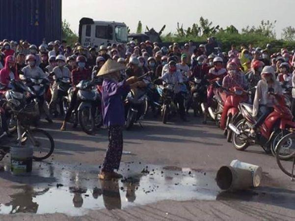 Người dân Kim Thành đổ chất thải trước cổng khu công nghiệp Lai Vu. Ảnh: M. Ngọc