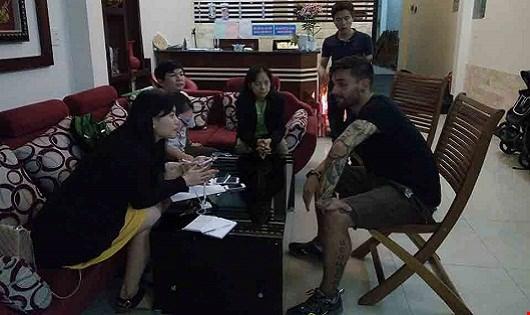 Đại diện cơ quan chức năng tới khách sạn Ánh Nguyệt xác minh thông tin trong tối 8/3.