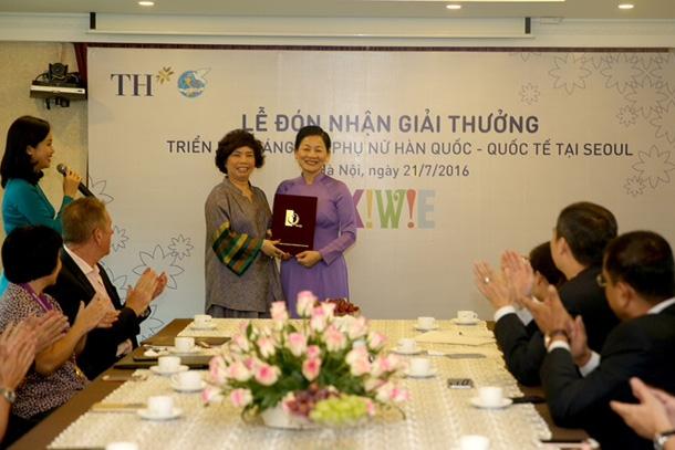 Bà Thái Hương- Chủ tịch HĐQT tập đoàn TH đón nhận giải đặc biệt của Ban Tổ chức KIWIE do bà Trần Thị Hương- Phó Chủ tịch Hội Liên hiệp Phụ nữ Việt Nam trao lại.