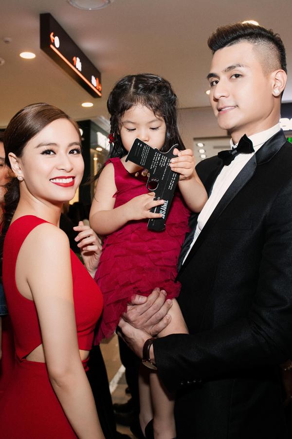 Hoàng Thùy Linh còn tỏ ra rất thân thiết với gia đình chị gái Vĩnh Thụy.
